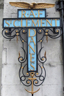 St Clement Danes Churchyard