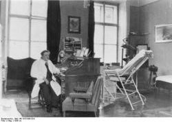 Dr Eduard Bloch